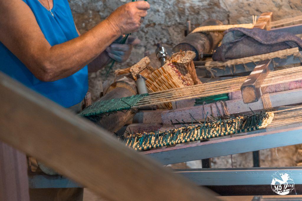 mulher a fazer cesta de junco
